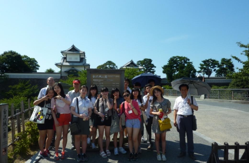 金沢城石川門前で